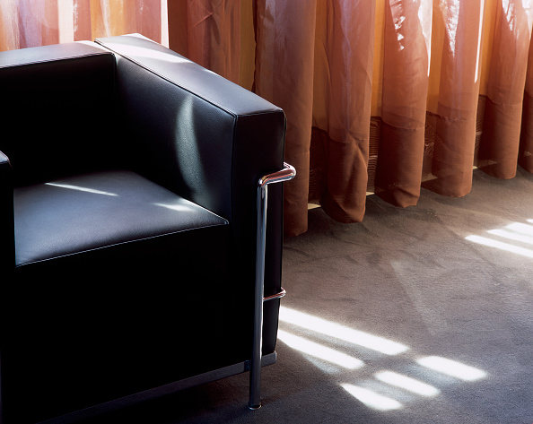 Simplicity「View of a cushioned chair in a room」:写真・画像(11)[壁紙.com]