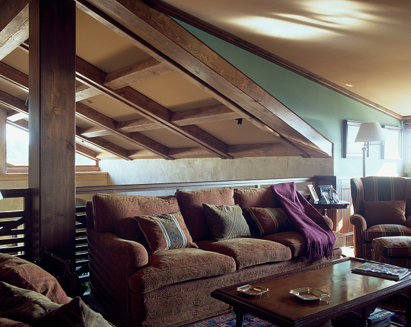 Cozy「View of a comfortable couch in a living room」:写真・画像(4)[壁紙.com]