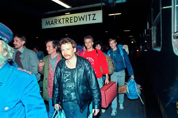 Diminishing Perspective「East German Arrive In West Germany」:写真・画像(6)[壁紙.com]