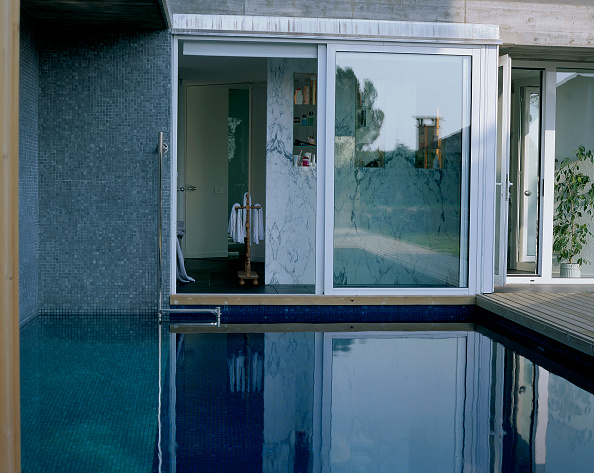 Plank - Timber「View of a clean swimming pool and a shower」:写真・画像(17)[壁紙.com]