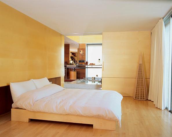 Comfortable「View of a cozy bedroom with hardwood flooring」:写真・画像(16)[壁紙.com]