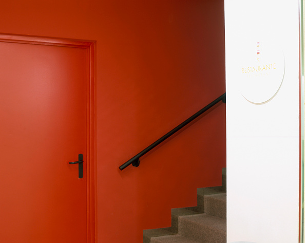 Nameplate「View of a closed door near a staircase」:写真・画像(5)[壁紙.com]