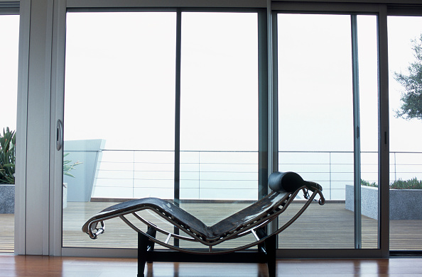 Comfortable「View of a chaise placed near the glass doors」:写真・画像(1)[壁紙.com]
