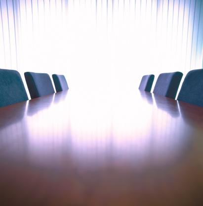 露出オーバー「view of a conference table and chairs in an office boardroom」:スマホ壁紙(12)