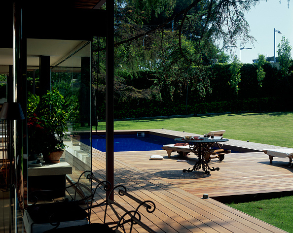 Grass「View of a clear swimming pool beside a lawn」:写真・画像(16)[壁紙.com]