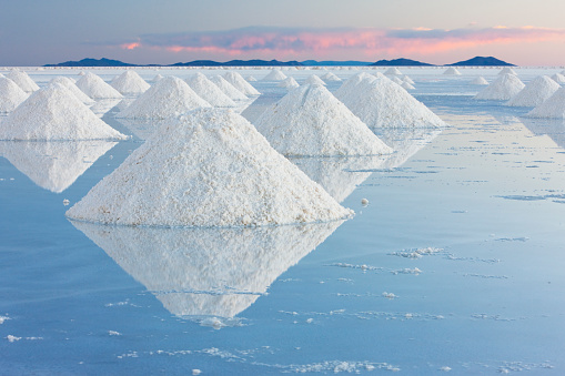 Crystal「White conical mounds of salt reflect the clear water on Salar de Uyuni in the pink light of sunset」:スマホ壁紙(3)