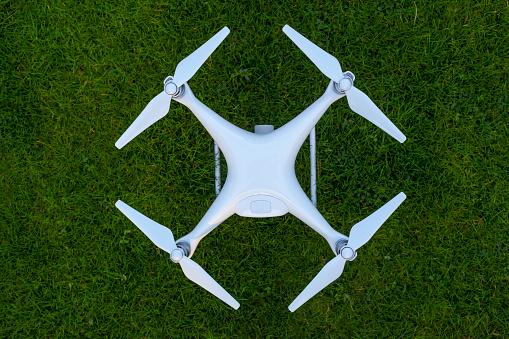 Propeller「Drone standing on lawn」:スマホ壁紙(2)