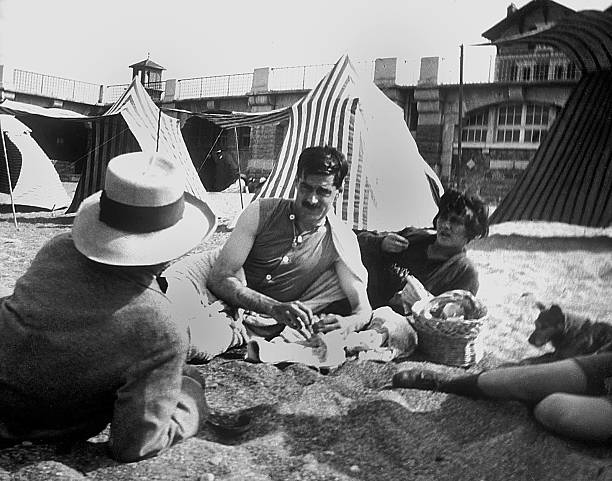 """Coco Chanel and her lover Arthur """" Boy """" Capel (mustache) with Constent Say on the beach in Saint Jean de Luz in 1917:ニュース(壁紙.com)"""