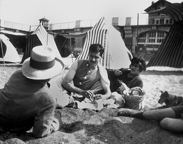 """Beach「Coco Chanel and her lover Arthur """" Boy """" Capel (mustache) with Constent Say on the beach in Saint Jean de Luz in 1917」:写真・画像(15)[壁紙.com]"""