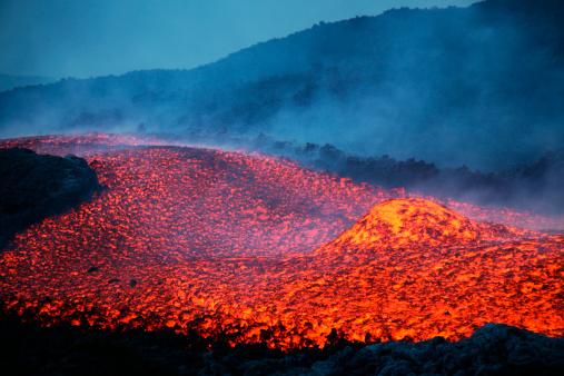 Lava「November 2006 - Boulder rolling in lava flow at dusk during eruption of Mount Etna volcano, Sicily, Italy.」:スマホ壁紙(17)