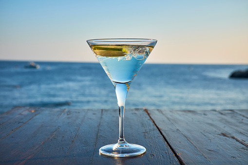 Event「Glass of ice-cooled Martini with lime slice in front of the sea」:スマホ壁紙(0)