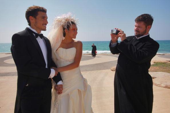Bride「Flushing Brides - Israeli Models Wear Toilet Paper Wedding Dresses」:写真・画像(11)[壁紙.com]