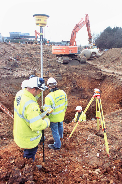Hardhat「Checking levels for a drainage chamber on the M1 widening project」:写真・画像(2)[壁紙.com]