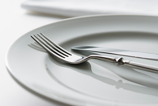 Place Setting「Close-up shot of white plate with fork and knife」:スマホ壁紙(9)