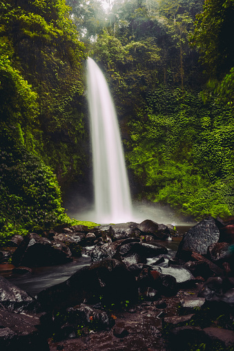 Spraying「Nungnung Waterfall Splashing in Bali Jungle, Indonesia」:スマホ壁紙(7)