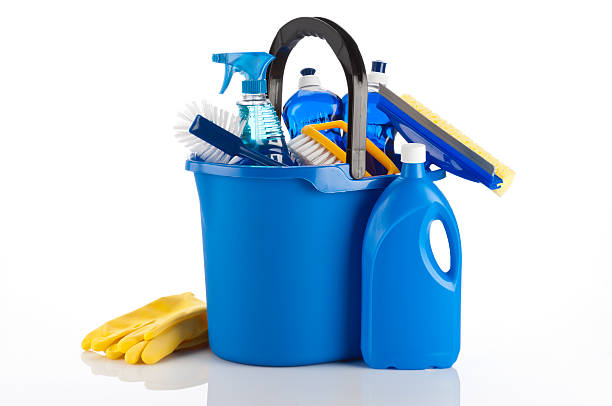 A blue bucket containing cleaning items and yellow gloves:スマホ壁紙(壁紙.com)