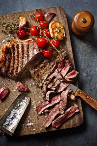Salt - Seasoning「steak cut on board with roasted veg」:スマホ壁紙(5)