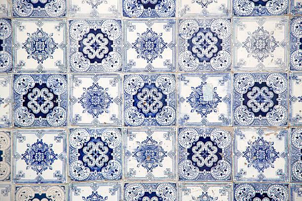 Azulejo tiles on building in Mouraria district:スマホ壁紙(壁紙.com)