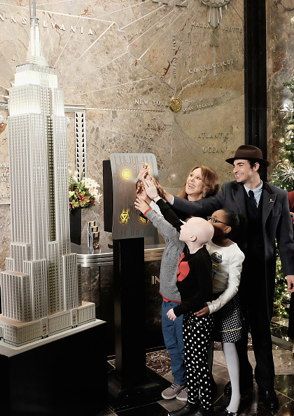 Empire State Building「Marlo Thomas And Zac Posen Light The Empire State Building Green In Honor Of St. Jude Children's Research Hospital's 2015 Thanks And Giving Campaign」:写真・画像(15)[壁紙.com]