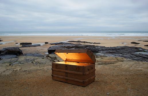 金運「Open treasure chest of gold on a deserted beach.」:スマホ壁紙(5)