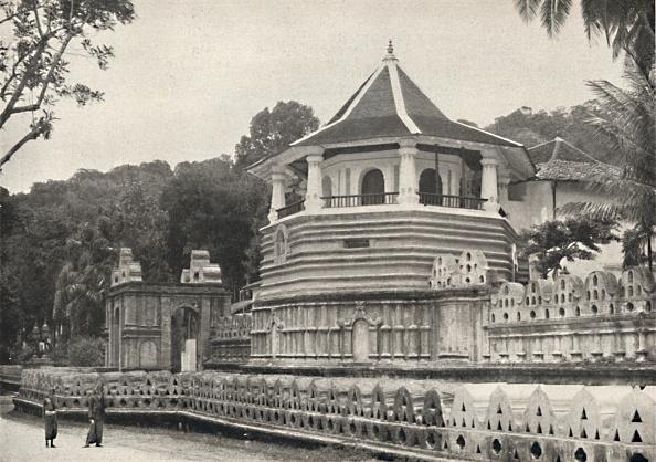 Buddha「Der Tempel Des Hiligen Zahnes Buddhas In Kandy (Im Vordergrund Der Achteckige Bau Pattiripuwa)」:写真・画像(16)[壁紙.com]