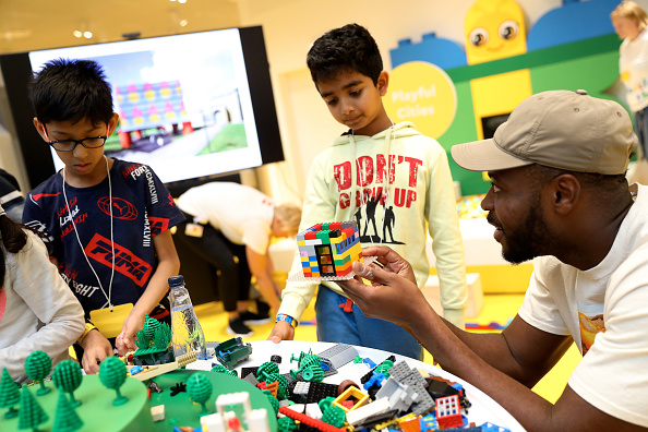 Playing「Mark Ronson & The LEGO Group Inspire Kids To Rebuild The World」:写真・画像(3)[壁紙.com]