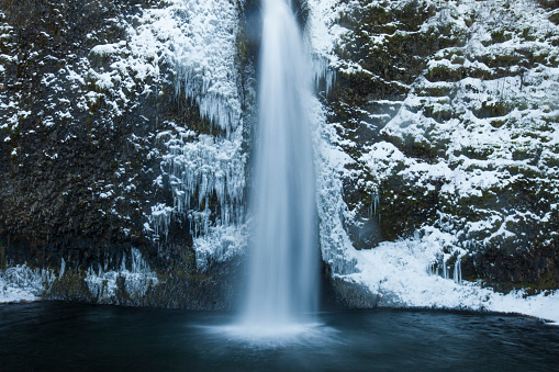 Columbia Gorge National Scenic Area「Icy waters of Horestail Creek flow over Horestail Falls in the winter.」:スマホ壁紙(9)