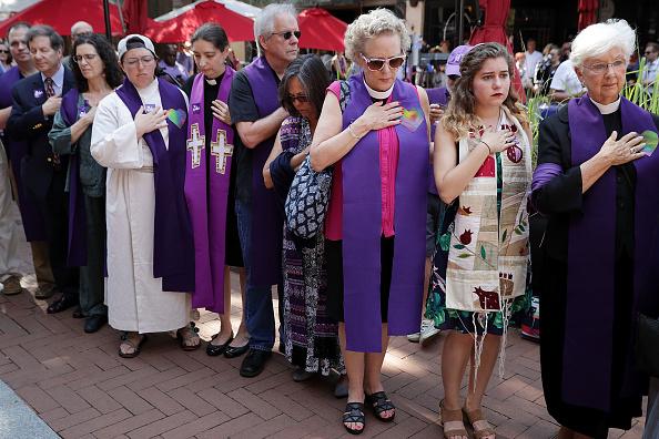 アメリカ合州国「Memorial Held In Charlottesville For Heather Heyer, Victim Of Car Ramming Incident During Protest After White Supremacists' Rally」:写真・画像(10)[壁紙.com]