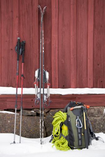 スキー「Ski mountaineering equipment against log wall」:スマホ壁紙(10)