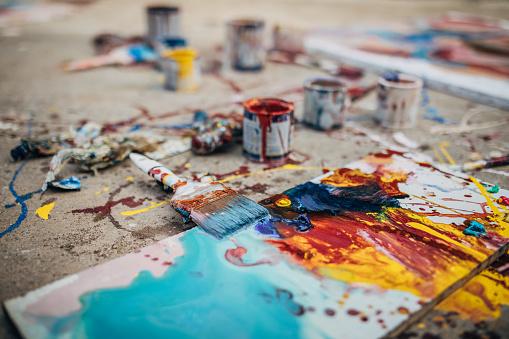 Art And Craft「Messy painting equipment on asphalt」:スマホ壁紙(12)