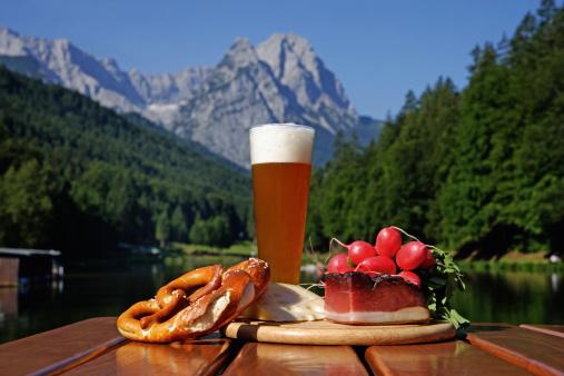 European Alps「Germany, Upper Bavaria, Bavarian snacks on table, mountain with lake in background」:スマホ壁紙(13)
