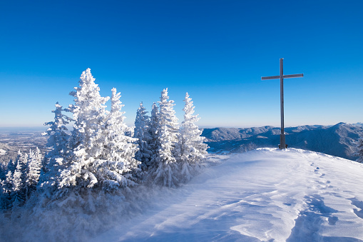 Bavarian Prealps「Germany, Upper Bavaria, Lenggries, spruces and summit cross on snow-covered Brauneck」:スマホ壁紙(1)