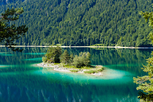 Island「Germany, Upper Bavaria, Lake Eibsee with Alpenbuhl Island」:スマホ壁紙(18)