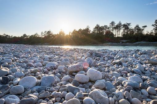 Water's Edge「Germany, Upper Bavaria, Isarauen, Geretsried, gravel bank at Isar against the sun」:スマホ壁紙(3)
