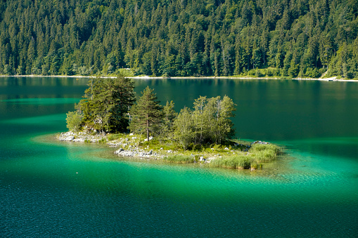 Overgrown「Germany, Upper Bavaria, view to Ludwigsinsel at Lake Eibsee」:スマホ壁紙(16)