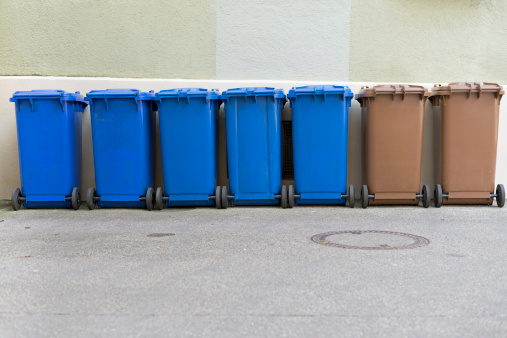 Side By Side「Row of blue and brown garbage cans」:スマホ壁紙(16)