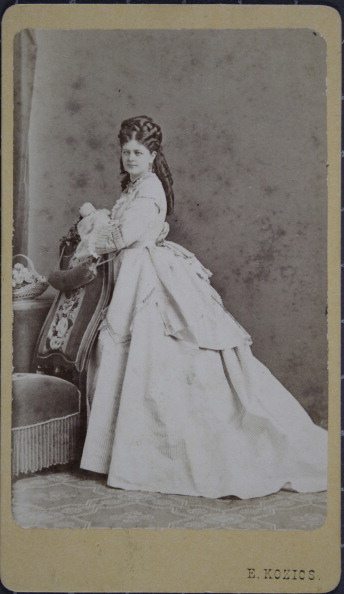1870-1879「Lady With Twisted Curls And Light Dress. Full Figure. About 1870. Photograph By E. Kozics / Pressburg.」:写真・画像(14)[壁紙.com]