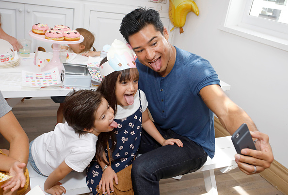 Mario Lopez「Tiffani Thiessen Hosts Num Noms Event At Au Fudge」:写真・画像(5)[壁紙.com]