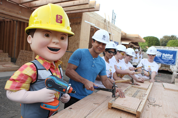 Mario Lopez「Mario Lopez And Bob The Builder Help Habitat For Humanity Build Home For Los Angeles Family」:写真・画像(2)[壁紙.com]