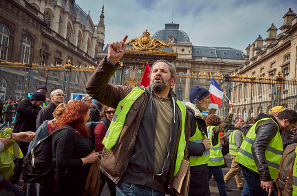 France「Macron Puts The Army On Paris Streets To Combat 19th Act Of The Gilets Jaunes」:写真・画像(12)[壁紙.com]