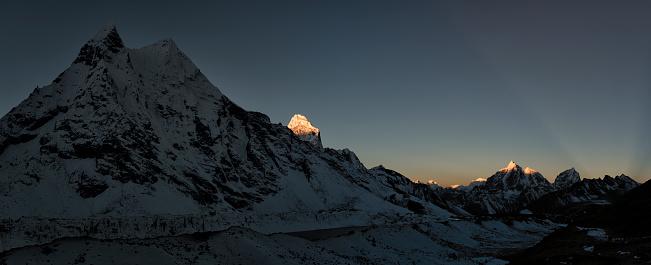 Khumbu「Nepal, Khumbu, Everest region, Amphu Gyabjen with Ama Dablam and Taboche at sunrise」:スマホ壁紙(13)