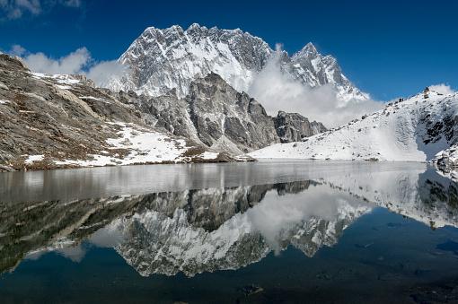 Khumbu「Nepal, Khumbu, Everest region, reflection of Lhotse and Nuptse in lake」:スマホ壁紙(12)