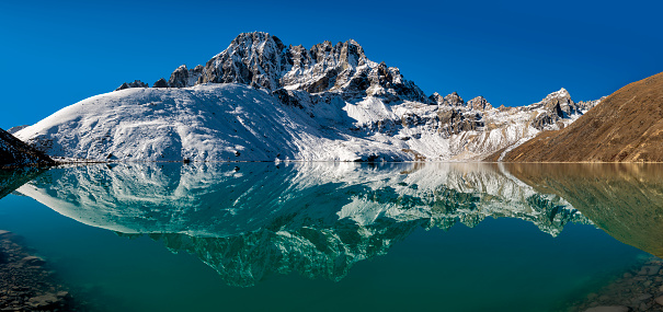 Khumbu「Nepal, Khumbu, Everest region, Pharilapche reflected in Gokyo lake」:スマホ壁紙(10)