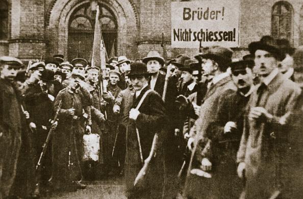 Party - Social Event「Brothers Don't Shoot!' Placard During The German Revolution Berlin circa 1918-circa 1919」:写真・画像(5)[壁紙.com]