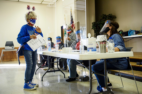 Receiving「Across The U.S. Voters Flock To The Polls On Election Day」:写真・画像(17)[壁紙.com]