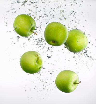 Apple - Fruit「Five apples floating in water, close-up」:スマホ壁紙(14)