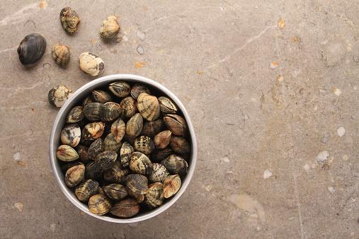 はまぐり料理「fresh clams in metal bowl」:スマホ壁紙(6)