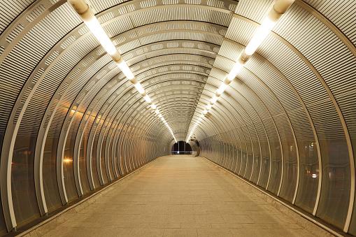 Footbridge「Empty Modern Tunnel in London, COVID-19 Effect」:スマホ壁紙(15)
