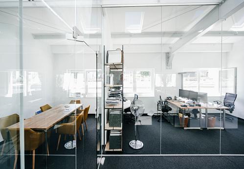 Meeting「Empty modern office」:スマホ壁紙(12)
