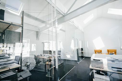 Coffee Break「Empty modern office」:スマホ壁紙(16)